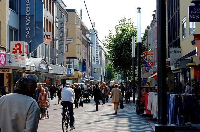 Einkaufen - durch Fußgängerzone und Altstadt flanieren